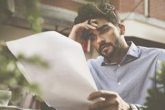Ανησυχημένο έγγραφο ανάγνωσης επιχειρηματιών στοκ εικόνα