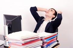Ανησυχημένο επιχειρησιακό άτομο με πολλή εργασία. Στοκ εικόνες με δικαίωμα ελεύθερης χρήσης