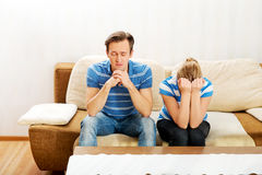 Ανησυχημένο ζεύγος μετά από τη συνεδρίαση πάλης στον καναπέ Στοκ φωτογραφίες με δικαίωμα ελεύθερης χρήσης