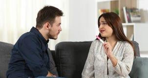 Ανησυχημένο ζεύγος που ελέγχει τη δοκιμή εγκυμοσύνης στο σπίτι απόθεμα βίντεο