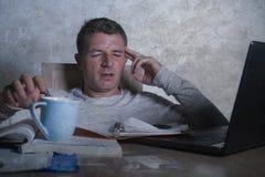 Ανησυχημένο και απελπισμένο άτομο που εργάζεται αργά - το γραφείο νύχτας στο σπίτι με το συναίσθημα φορητών προσωπικών υπολογιστώ στοκ φωτογραφία με δικαίωμα ελεύθερης χρήσης