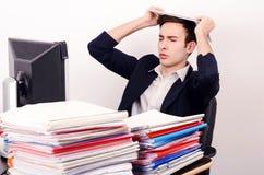 Ανησυχημένο και κουρασμένο επιχειρησιακό άτομο με πολλή εργασία. Στοκ Εικόνα