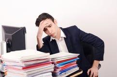Ανησυχημένο και κουρασμένο επιχειρησιακό άτομο με πολλή εργασία. Στοκ φωτογραφία με δικαίωμα ελεύθερης χρήσης