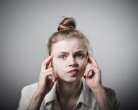 Ανησυχημένο κορίτσι στο λευκό Στοκ φωτογραφία με δικαίωμα ελεύθερης χρήσης