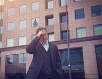 Ανησυχημένο τονισμένο επιχειρησιακό άτομο έξω στοκ φωτογραφίες