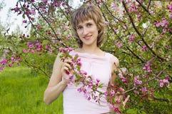 ανθίζοντας δέντρα κοριτσ&i στοκ εικόνες