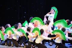 Ανθίζοντας λουλούδια στον ήλιος-εθνικό χορό Στοκ εικόνες με δικαίωμα ελεύθερης χρήσης