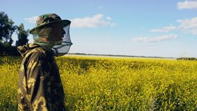 Ανθίζοντας τομέας επιθεώρησης μελισσοκόμων των λουλουδιών κοντά στο μελισσουργείο Στοκ φωτογραφία με δικαίωμα ελεύθερης χρήσης