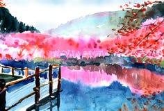 Ανθίσεις Sakura σε μια λίμνη κοντά στα βουνά ελεύθερη απεικόνιση δικαιώματος