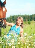 ανθίστε οι όμορφες γυναίκες λιβαδιών αλόγων της Στοκ φωτογραφία με δικαίωμα ελεύθερης χρήσης