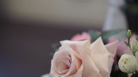 Ανθοδέσμες των τριαντάφυλλων σε έναν εορταστικό γαμήλιο πίνακα στο εστιατόριο φιλμ μικρού μήκους