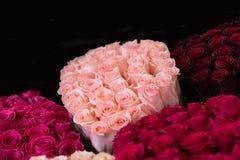 ανθοδέσμες των τριαντάφυλλων στα διαφορετικά χρώματα Στοκ Εικόνα