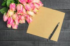 Ανθοδέσμη επιστολών αγάπης των ρόδινων τριαντάφυλλων, ελεύθερου χώρου Στοκ εικόνα με δικαίωμα ελεύθερης χρήσης