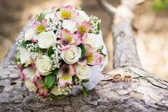 Ανθοδέσμη και δαχτυλίδια γαμήλιου υποβάθρου στο ξύλο διάνυσμα αγάπης εικόνας δήλωσης jpg Γαμήλια κάρτα, λεπτομέρειες ημέρας στοκ φωτογραφία με δικαίωμα ελεύθερης χρήσης