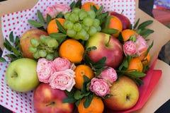Ανθοδέσμη λουλουδιών και φρούτων στοκ εικόνες με δικαίωμα ελεύθερης χρήσης