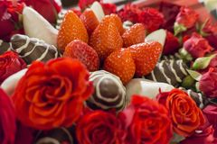 Ανθοδέσμη με ροδαλό και φράουλα στο πάγωμα σοκολάτας Στοκ Φωτογραφία