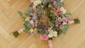 Ανθοδέσμη νυφών των λουλουδιών, όμορφη νυφική ανθοδέσμη στον πίνακα, μπουτονιέρα νεόνυμφων, ημέρα γάμου, ανθοδέσμη νυφών ` s φιλμ μικρού μήκους
