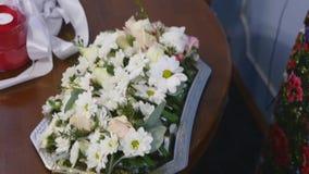 Ανθοδέσμη νυφών των λουλουδιών, όμορφη νυφική ανθοδέσμη στον πίνακα, μπουτονιέρα νεόνυμφων, ημέρα γάμου, ανθοδέσμη νυφών ` s απόθεμα βίντεο