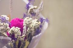 Ανθοδέσμη ξηρά spikelets λουλουδιών στο floral έγγραφο για το μπεζ υπόβαθρο Στοκ φωτογραφίες με δικαίωμα ελεύθερης χρήσης