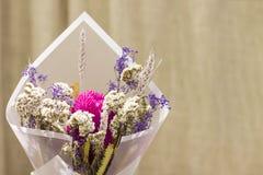 Ανθοδέσμη ξηρά spikelets λουλουδιών στο floral έγγραφο για το μπεζ υπόβαθρο Στοκ εικόνες με δικαίωμα ελεύθερης χρήσης