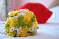 Ανθοδέσμη του ζωηρόχρωμου λουλουδιού στο κρεβάτι Κόκκινο χειλικό μαξιλάρι α φιλήματος Στοκ φωτογραφία με δικαίωμα ελεύθερης χρήσης