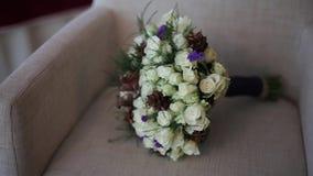 Ανθοδέσμη των γαμήλιων λουλουδιών σε μια καρέκλα απόθεμα βίντεο