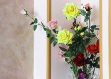 Ανθοδέσμη των ζωηρόχρωμων τριαντάφυλλων κόκκινων, κίτρινη, ροζ στοκ φωτογραφίες με δικαίωμα ελεύθερης χρήσης