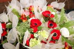 Ανθοδέσμη των λουλουδιών με τα anemones και τα βατράχια Στοκ Εικόνες