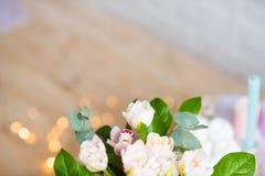 Ανθοδέσμη των λουλουδιών στον πίνακα στοκ φωτογραφίες