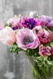 Ανθοδέσμη των μικτών anemones λουλουδιών στο βάζο η εργασία του ανθοκόμου σε ένα ανθοπωλείο Στοκ εικόνες με δικαίωμα ελεύθερης χρήσης