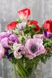 Ανθοδέσμη των μικτών anemones λουλουδιών στο βάζο η εργασία του ανθοκόμου σε ένα ανθοπωλείο Στοκ φωτογραφίες με δικαίωμα ελεύθερης χρήσης