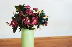 Ανθοδέσμη των ξηρών λουλουδιών στο βάζο στον πίνακα και το ελαφρύ υπόβαθρο Μια ανθοδέσμη των ξηρών λουλουδιών σε ένα βάζο ξηρά λο Στοκ φωτογραφίες με δικαίωμα ελεύθερης χρήσης