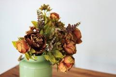 Ανθοδέσμη των ξηρών λουλουδιών στο βάζο στον πίνακα και το ελαφρύ υπόβαθρο Μια ανθοδέσμη των ξηρών λουλουδιών σε ένα βάζο ξηρά λο Στοκ εικόνα με δικαίωμα ελεύθερης χρήσης