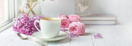 Ανθοδέσμη των πασχαλιών, του φλιτζανιού του καφέ, σπιτικών marshmallow και των βιβλίων Ρομαντικό πρωί άνοιξη στοκ φωτογραφία με δικαίωμα ελεύθερης χρήσης