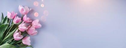 Ανθοδέσμη των ρόδινων λουλουδιών τουλιπών πέρα από το ανοικτό μπλε υπόβαθρο Ευχετήρια κάρτα ή γαμήλια πρόσκληση στοκ φωτογραφία με δικαίωμα ελεύθερης χρήσης