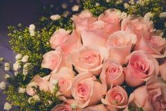 Ανθοδέσμη των ρόδινων φρέσκων τριαντάφυλλων με το μικρό διάστημα λουλουδιών και αντιγράφων για το υπόβαθρο Στοκ εικόνες με δικαίωμα ελεύθερης χρήσης