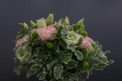 Ανθοδέσμη των φρέσκων λουλουδιών σε ένα βάζο με την κορδέλλα στοκ εικόνες