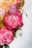 Ανθοδέσμη των φρέσκων ρόδινων peonies και των τριαντάφυλλων στοκ φωτογραφία με δικαίωμα ελεύθερης χρήσης