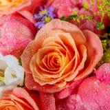Ανθοδέσμη των φρέσκων ρόδινων peonies και των τριαντάφυλλων στοκ εικόνα