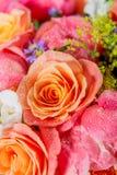 Ανθοδέσμη των φρέσκων ρόδινων peonies και των τριαντάφυλλων στοκ εικόνες