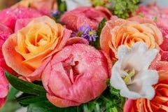 Ανθοδέσμη των φρέσκων ρόδινων peonies και των τριαντάφυλλων στοκ εικόνα με δικαίωμα ελεύθερης χρήσης
