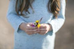 Ανθοδέσμη των wildflowers στα χέρια Στοκ Εικόνες