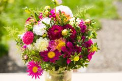 Ανθοδέσμη φθινοπώρου, λουλούδια φθινοπώρου, πράσινο υπόβαθρο, bouqu γενεθλίων Στοκ Εικόνες