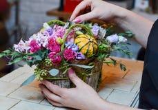Ανθοκόμος γυναικών που κάνει την ανθοδέσμη σε ένα μικρό κιβώτιο Στοκ Φωτογραφίες