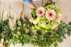 Ανθοκόμος που τακτοποιεί τα όμορφα φρέσκα λουλούδια στην ανθοδέσμη Στοκ φωτογραφία με δικαίωμα ελεύθερης χρήσης
