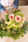 Ανθοκόμος που τακτοποιεί τα όμορφα φρέσκα λουλούδια στην ανθοδέσμη Στοκ φωτογραφίες με δικαίωμα ελεύθερης χρήσης