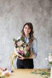 Ανθοκόμος στην εργασία: αρκετά νέα γυναίκα που κάνει τη μόδα τη σύγχρονη ανθοδέσμη των διαφορετικών λουλουδιών Στοκ φωτογραφίες με δικαίωμα ελεύθερης χρήσης