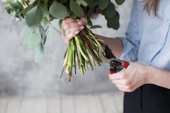 Ανθοκόμος στην εργασία: αρκετά νέα γυναίκα που κάνει τη μόδα τη σύγχρονη ανθοδέσμη των διαφορετικών λουλουδιών Στοκ φωτογραφία με δικαίωμα ελεύθερης χρήσης