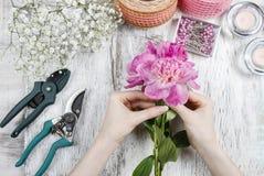 Ανθοκόμος στην εργασία Γυναίκα που κάνει την άνοιξη τις floral διακοσμήσεις Στοκ Εικόνα