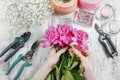 Ανθοκόμος στην εργασία Γυναίκα που κάνει την άνοιξη τις floral διακοσμήσεις Στοκ Φωτογραφίες